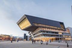 Yttre skymning av det Wien universitetet av nationalekonomi och affären Royaltyfri Fotografi