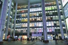 Yttre stor shoppinggalleria på natten, Shanghai, Kina Royaltyfria Bilder