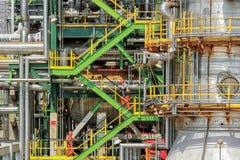 Yttre trappa av den industriella oljeväxten Arkivfoton