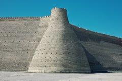 Yttre vägg av den forntida staden djupt i öknen av den före dettaSovjetunionen staten och nyckeln av fotografering för bildbyråer