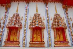 Yttre vägg av den thai templet Arkivbilder