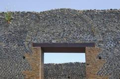 Yttre vägg, båge och dörr på Pompeii, Italien Arkivbilder