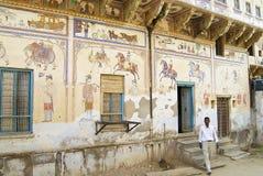 Yttre vägg som smärtar detaljen av havelien, Mandawa, Indien royaltyfria foton