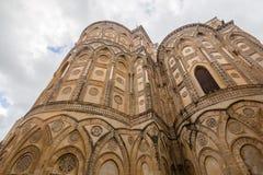Yttre väggar av absid av den Monreale domkyrkan Arkivfoto