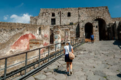 Yttre väggar och ingången av den berömda antikviteten fördärvar av Pompeii, arkivbilder