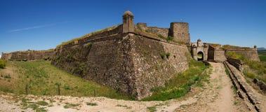 Yttre väggar och port för huvudsaklig ingång av den Juromenha fästningen Arkivfoto