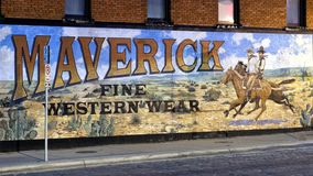 Yttre väggmålning av den västra konstnären Stylle Read, på sidan av byggnaden som inhyser Maverick Fine Western Wear arkivbild