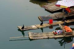 Yu långt flodlandskap i Yangshuo, Guilin, Guanxi landskap, Kina Royaltyfria Foton