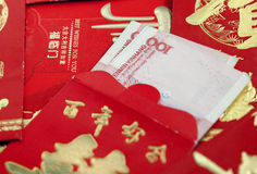 Yuan-Banknote und roter Umschlag Stockfoto