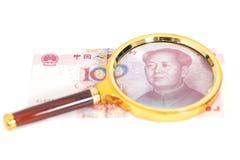 100-Yuan-chinesisches Geld mit Vergrößerungsglasglas Stockfotos
