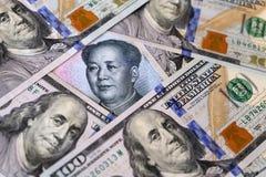 Yuan chino rodeado por los dólares americanos fotografía de archivo