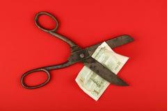 Yuan cinesi del taglio di forbici sopra fondo rosso Immagini Stock