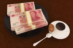 Yuan dei soldi sul piatto e sul caffè Immagine Stock Libera da Diritti