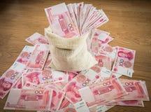 100 Yuan, dinero chino en bolso del saco Fotos de archivo libres de regalías