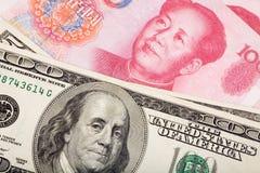 Yuan e cinesi dollaro US Fotografie Stock Libere da Diritti