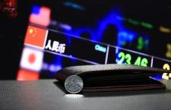Yuan för kines en mynt på aversCNY på svart golv med den svarta plånboken och det digitala brädet av bakgrund för pengar för valu arkivfoto