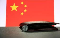 Yuan för kines en mynt på aversCNY på svart golv med den svarta plånboken och Kina sjunker bakgrund royaltyfria bilder