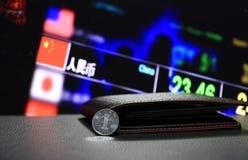Yuan för kines en mynt på omvänd CNY på svart golv med den svarta plånboken och det digitala brädet av bakgrund för pengar för va royaltyfria foton