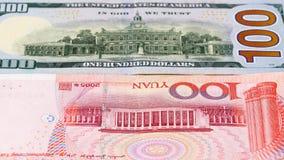Yuan gegen Dollarbanknotenkonzept stockbilder