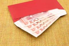 Yuan sedel och rött kuvert Arkivbilder