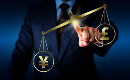 Yuan Sign Outweighing The Pound em um equilíbrio imagens de stock royalty free