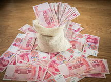 100 yuan, soldi cinesi nella borsa del sacco Fotografia Stock Libera da Diritti