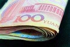 100 Yuan Wort auf Haushaltplan Stockbild
