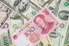 Yuan y dólar chinos Imagen de archivo libre de regalías