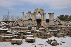 Yuanmingyuan-Ruinen im Schnee Stockbild
