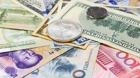Yuans contre des billets de banque et des pièces de monnaie du dollar Image stock