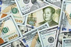 Yuans contre des dollars Photographie stock