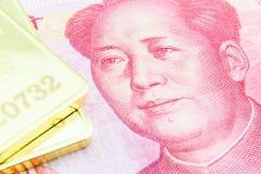 Yuans et lingot d'or chinois Image libre de droits