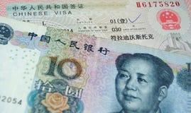 10 yuans liggen op een paspoort met een Chinees visum Stock Foto