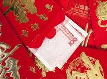 Yuansbankbiljet en rode envelop Stock Foto