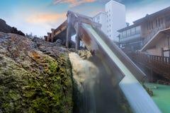 Yubatake Hotspring przy Kusatsu Onsen miasteczkiem w Gunma, Japonia obraz royalty free