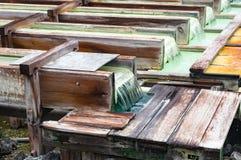 Yubatake onsen, contenitori di legno di sorgente di acqua calda con acqua minerale Immagini Stock