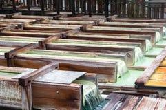 Yubatake onsen, las cajas de madera de las aguas termales con agua mineral Foto de archivo
