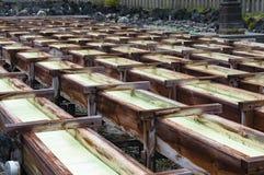 Yubatake onsen, las cajas de madera de las aguas termales con agua mineral Fotos de archivo libres de regalías