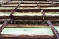 Yubatake onsen, las cajas de madera de las aguas termales con agua mineral Imagen de archivo