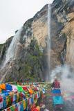 YUBENG,中国- 2014年8月10日:在Yubeng村庄的圣洁瀑布 A 免版税库存图片