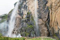 YUBENG, CHINE - 10 août 2014 : Cascade sainte au village de Yubeng a Image libre de droits