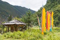 YUBENG, CHINE - 10 août 2014 : Drapeau de prière au village de Yubeng un fa Photographie stock