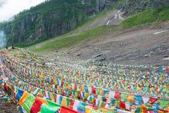 YUBENG, CHINE - 10 août 2014 : Drapeau de prière au village de Yubeng un fa Image libre de droits