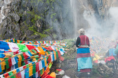 YUBENG, CHINE - 10 août 2014 : Drapeau de prière au village de Yubeng un fa Images stock