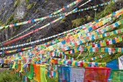 YUBENG, CINA - 10 agosto 2014: Bandiera di preghiera al villaggio di Yubeng un fa immagine stock libera da diritti