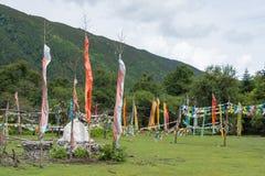 YUBENG, CINA - 9 agosto 2014: Bandiera di preghiera al villaggio di Yubeng un fam fotografie stock libere da diritti
