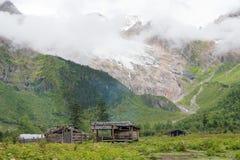 YUBENG, CINA - 9 agosto 2014: Campo base al villaggio di Yubeng un famou fotografie stock libere da diritti