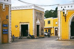 YUCATAN, MEXICO - MEI 31, 2015: De steeg in de gele stad, Yucatan, Mexico stock fotografie