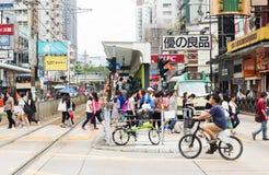 Yuen Long Hong Kong- Oktober, 2016: Folk som korsar järnvägen av drevstationen Arkivfoto
