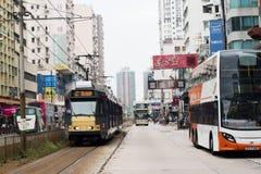Yuen Long Hong Kong- Oktober 7, 2016: Gatasikt av den Yuen Long huvudvägen med den ljusa stången och bussen på vägen Arkivbild